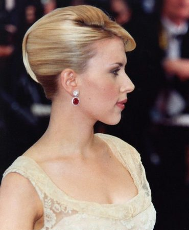 Scarlett Johansson on red carpet, hairstyle by Sarra Na